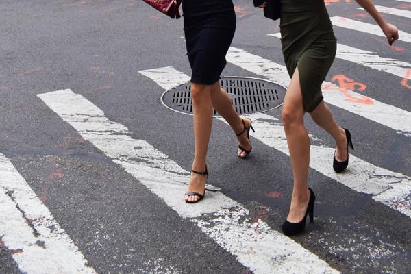 横断歩道を歩く女性の足下