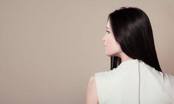 後ろ向き横顔の女性