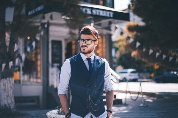 眼鏡と髭の男性