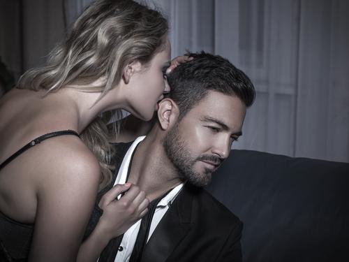 交際クラブ『惚れ惚れ生活』を利用する男性のイメージ