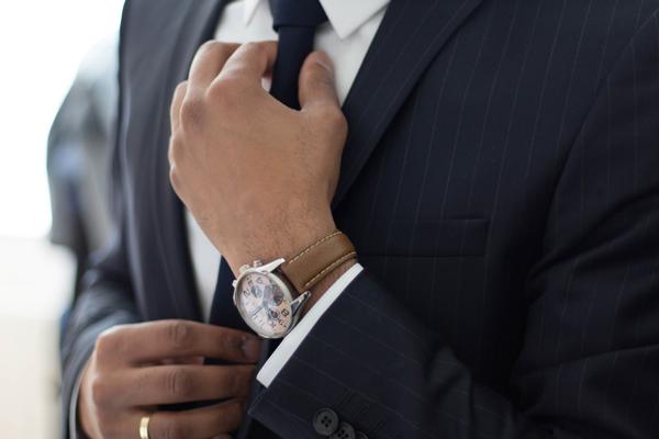 スーツ男性の胸元