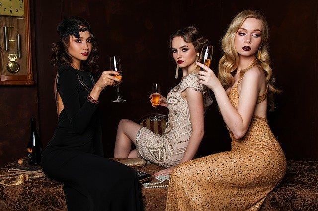 ドレスアップした3人の女性
