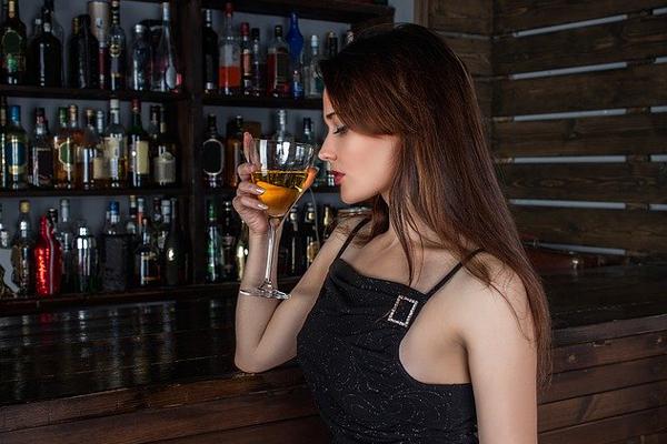 お酒を飲む女性の横顔